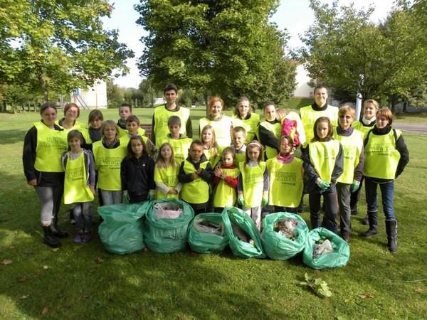 Les enfants collectent les déchets par terre