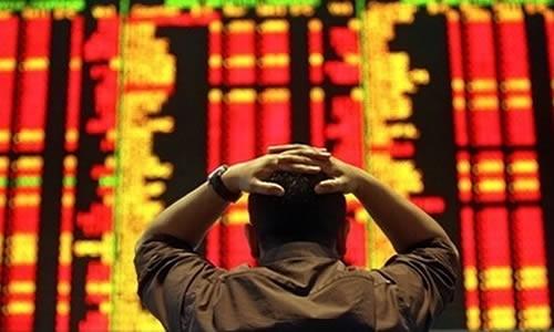 Image d'un épargnant asiatique devant l'écran de la bourse.