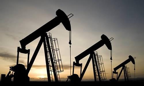 Photo de trois puits de pétrole.