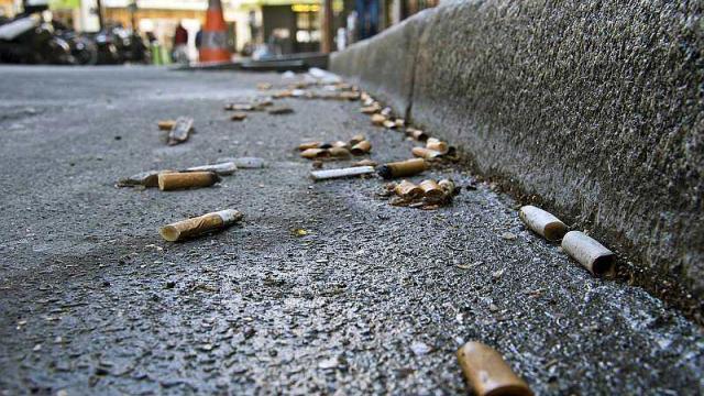 Des mégots dans la rue.