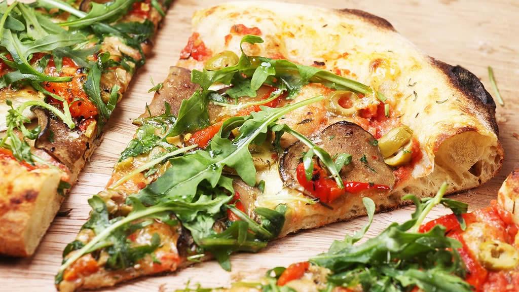 Pizza aubergines, champignons et épinards