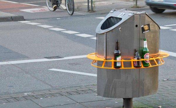 Une poubelle en Allemagne avec un stocker de bouteille pour emmener à la consigne.